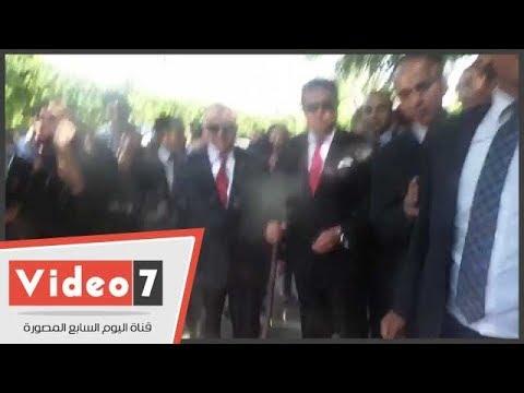 وزير التعليم العالى يؤازر عمال النظافة بجامعة القاهرة  - 16:21-2017 / 9 / 16