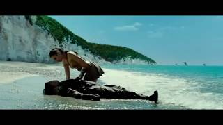Diana Saves Steve Trevor From Drowning at The Sea (Wonder Woman 2017)