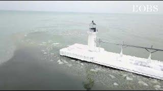 Vague de froid aux Etats-Unis : un drone filme de splendides phares gelés