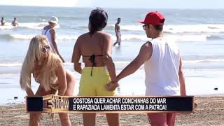 Download Video Brazilian Prank - Girl looks for shells on the beach and causes problem. MP3 3GP MP4