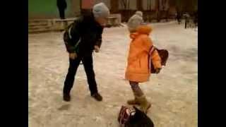 Девочка избила пацана