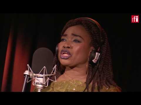 """Oumou Sangaré interprète """"Fadjamou"""" dans Couleurs Tropicales @RFI"""