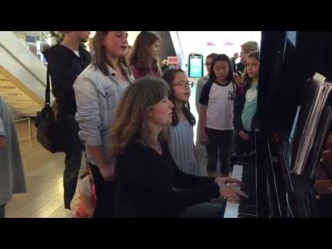 """Kids Singing To Adele's """"Hello"""" With A Lady Pianist in Paris La Defense"""