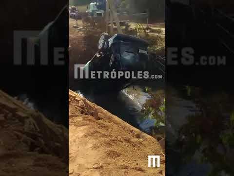 Vídeo: Carro com filhos do cantor Leonardo cai dentro de rio em Goiás