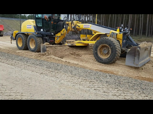 NEW HOLLAND 156.7 Grader pushing Sand