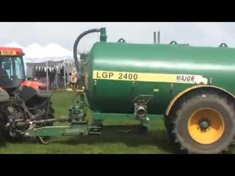 rolnik spryskuje gównem protest green peace na jego polu