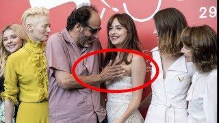 Режиссер прикрыл оголившуюся грудь Дакоты Джонсон на кинофестивале в Венеции