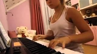 Девушка красиво играет на пианино музыка из фильма Хатико
