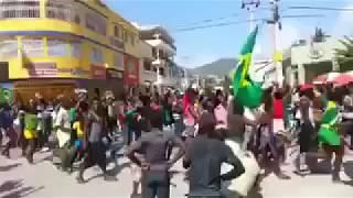 Baixar Haitianos comemoram nas ruas a vitória do Brasil na Copa do Mundo da Russia 2018.