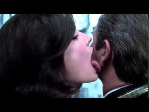 Men In Black 2-Serleena Licking Kay in the ear Clip