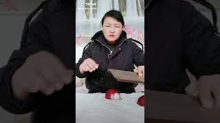 Лайфхак как резать лук от японки.прикол