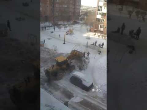 Экскаватор завалил снегом детскую площадку, Омск