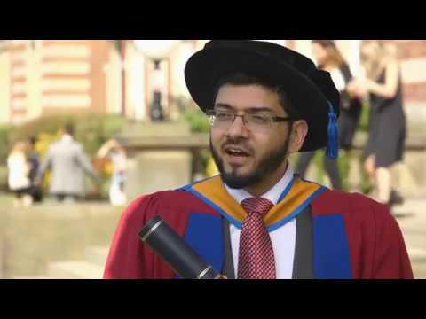 Qari Asim receives an honorary award from Leeds Metropolitan University