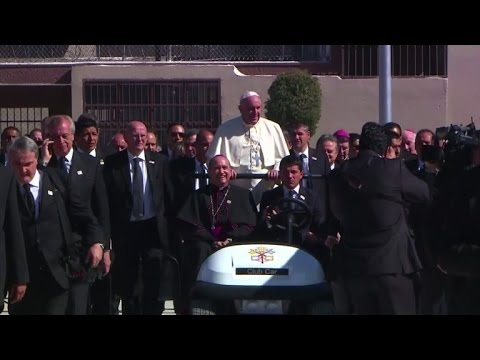 Pope urges Mexican convicts to break circles of violence