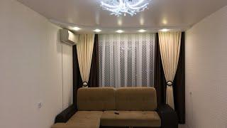 Ниша для штор и 2-уровневый натяжной потолок позволили визуально расширить зал 3,1х5,6м