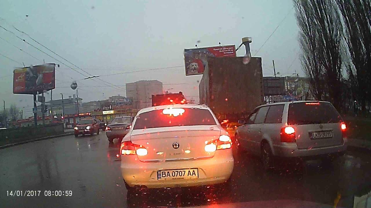 Без Купюр У Кропивницькому водій намагається притягнути до відповідальності зухвалого порушника ПДР. ВІДЕО Події  поліція Кропивницький ДТП авто