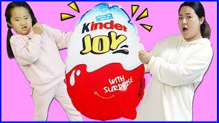 수지와 엄마 거대 킨더조이 뺏기 서프라이즈 에그 장난감 놀이 Giant Chocolate Kinder Surprise Egg Hunt for Kids