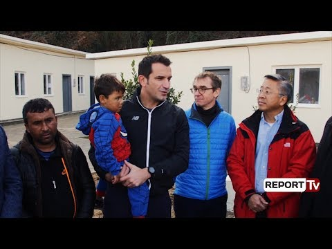 Report TV - Donald Lu krah Veliajt, dhurohen 60 shtëpi portative për komunitetin rom në Lanabregas