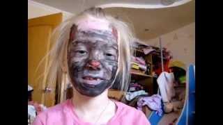Смешно: маска кота на лице у ребёнка. Юмор(