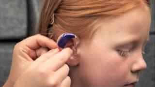 Как правильно одеть слуховой аппарат ребенку(Oticon демонстрирует, как помочь ребенку одеть слуховой аппарат на ухо. Видео из программы настройки Genie., 2015-02-11T12:29:14.000Z)