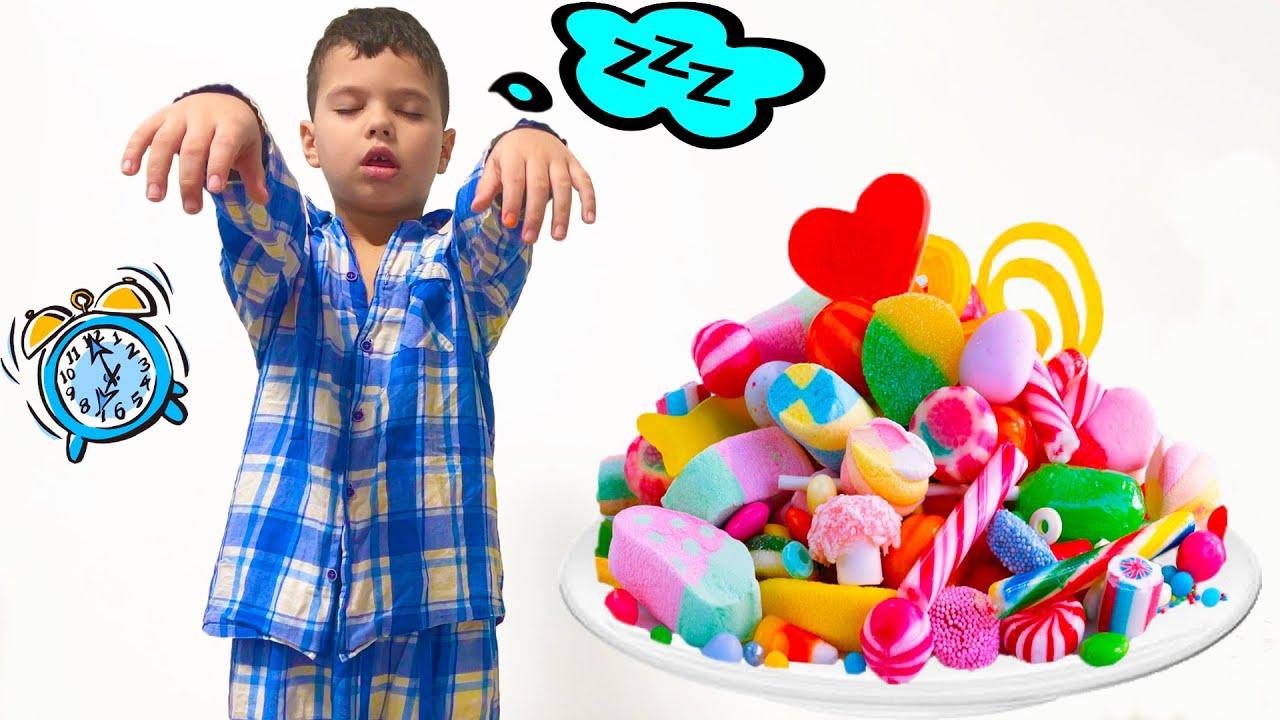 Егорка ест много сладкого на ночь
