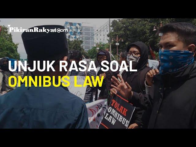 Pertanyakan Sikap Soal Omnibus Law, Mahasiswa Unjuk Rasa di Gedung DPRD Kota Cirebon