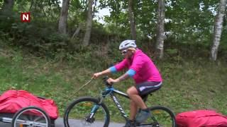 Vibeke hjelper Aylar oppover sykkelbakken