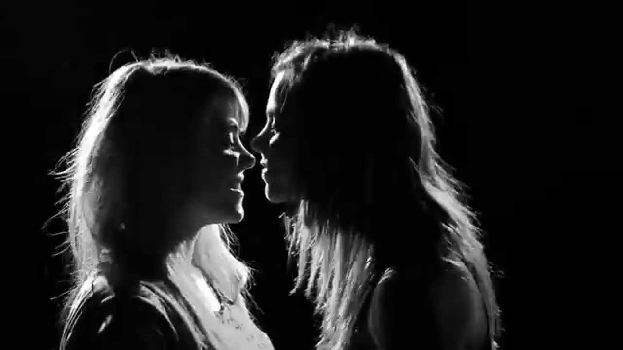 Девушки целовались с девушками