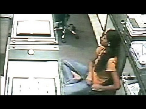 Caught on camera: Girl steals diamonds worth Rs. 25 lakh from Jaipur showroom