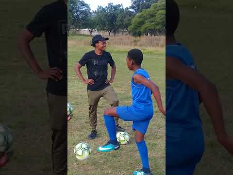 Unsefish Percy Tau teaching younsters in his home town thumbnail