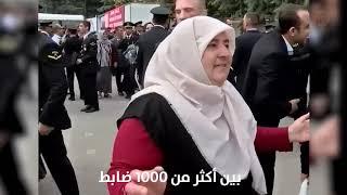 بالدموع.. أم تركية تبحث عن ابنها الخريج بين ألف ضابط
