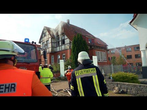 Rettung in letzter Sekunde: Feuerwehr findet lebensgefährlich Verletzte (85) in brennender Küche
