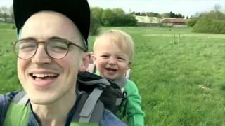 Малыш заразительно смеется из за одуванчика