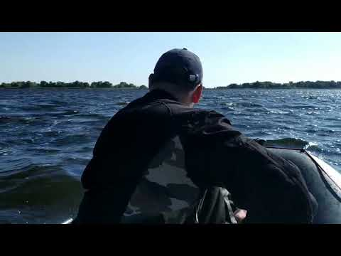 Сильный ветер и волны сорвали рыбалку.