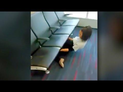 Mädel tanzt Limbo unter den Sitzen am Flughafen hindurch