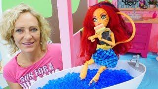 Spielzeugvideo für Kinder mit Puppen - Toralei besucht Nicoles Hotel