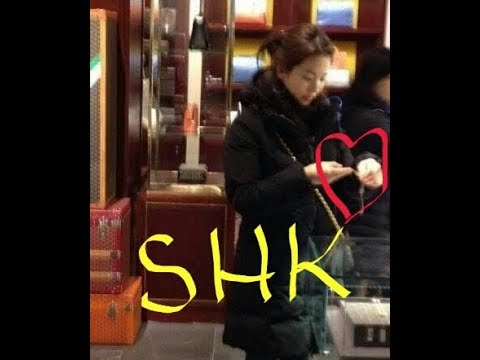 Song Hye-kyo 😀 her future husband and looking at her presents