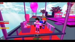 Jogando o balão de ar quente do par que monta em Roblox