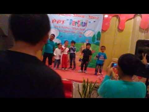 Nyanyian bersama di panggung