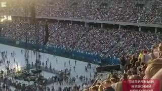 Толпа на стадионе иза концерта Ленинграда:)
