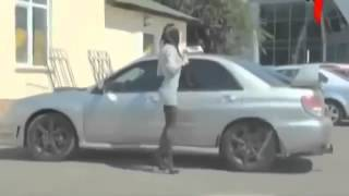 Девушка поправляет чулки средб бело дня Прикол.webm