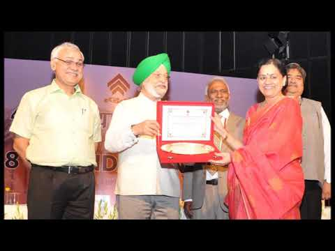 CS Chitra Ramachandran Receving the HUDCO Award from Union Minister Hardeep at Delhi
