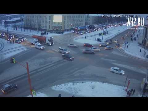 В Кемерове водитель авто чуть не сбил пешеходов и попал в ДТП
