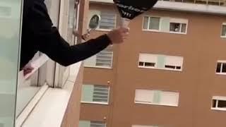 Игры во время карантина коронавируса на свежем воздухе. Развлечения людей в квартирах жилых домов.