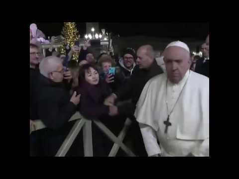 Папа римский побил женщину . Pope Francis Struggles Free  After Woman Grabs His Hand #popefrancis