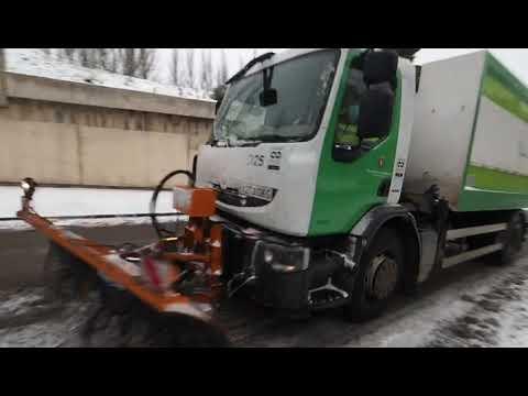 Un camión con una pala quitanieves trabaja en una de las calles de Parquesol en Valladolid