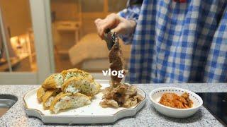 vlog | 잘 챙겨 먹는 집순이 자취로그🥞 (유부초밥, 간장게장, 뿌링클, 팬케익, 우렁쌈장, 자몽청, 앵그리너구리, 낙지볶음, 새우튀김) | 지현꿍