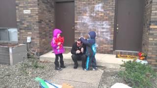 【感動動画】色盲の男性が色弱補正メガネをかけて咽び泣く thumbnail