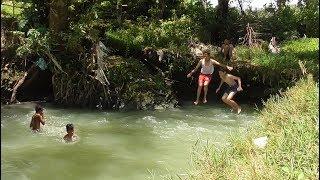 Berenang di Sungai yang Airnya Jernih dan Menyegarkan