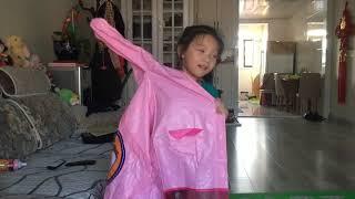【新红与小新】6岁女孩收到啥东西 开心的不得了 赶紧行动把自己打扮一番